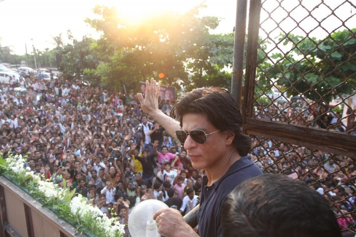 21u71g9ayk89ox99.D.0.Shah-Rukh-Khan-interacting-with-his-fans-from-atop-Mannat-terrace-on-his-46th-birthday--3-