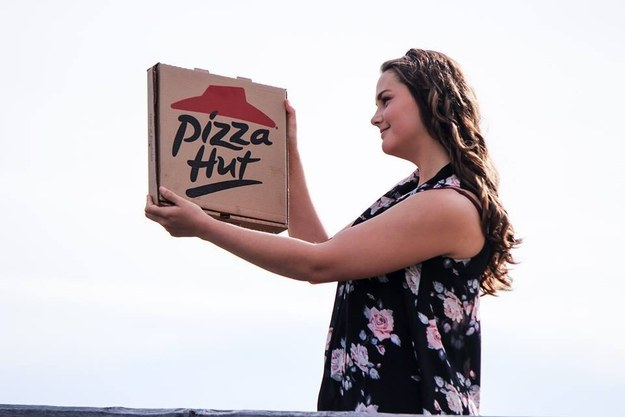 A Romantic Photo Shoot With Pizza (4)
