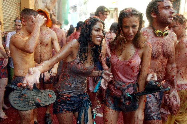 Girls-covered-in-tomato-pulp-take-part-in-the-annual-Tomatina-battlein-2003