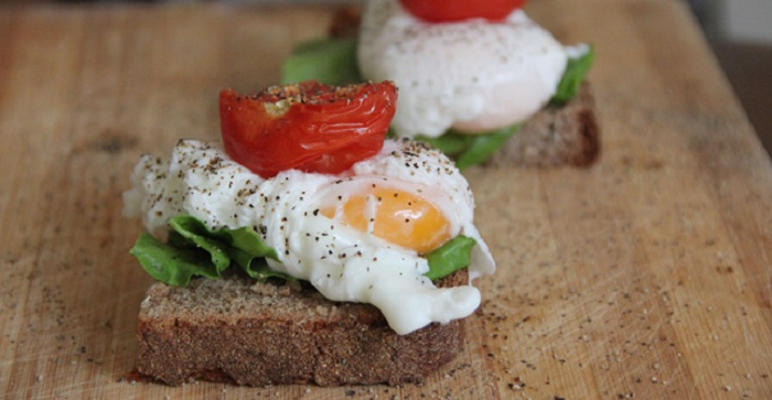 Poached-Egg-and-Roasted-Tomato-Sandwich