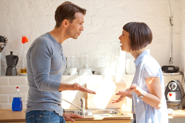 couple-fighting-in-kitchen
