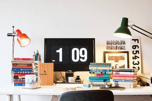 desk-with-books-and-calendar